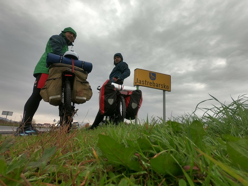 Photo of OD GACKE DO BALATONA Avantura se nastavlja! Praćeni kišom, biciklisti iz Otočca stigli do Krapinskih Toplica