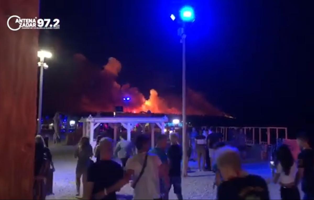 Photo of VIDEO Veliki požar na Zrću, evakuiran poznati klub