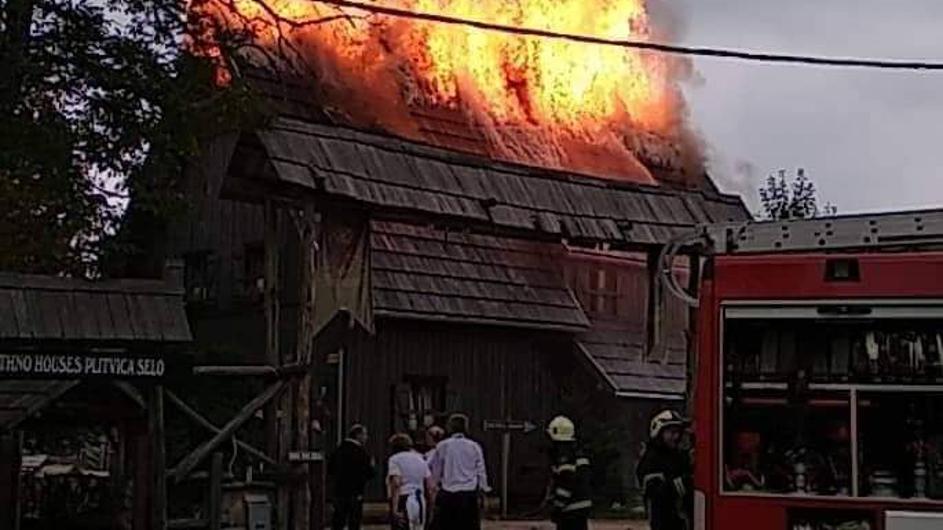 Photo of Dva vatrogasca ozlijeđena tijekom gašenja požara na Plitvičkim jezerima