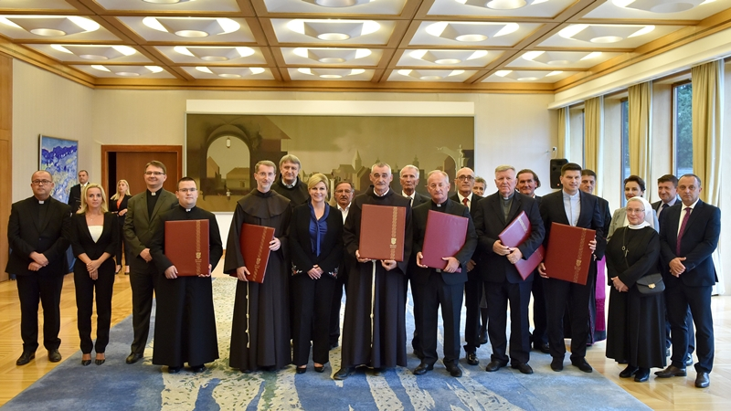 Photo of Predsjednica Republike dodijelila Povelje Republike Hrvatske marijanskim svetištima