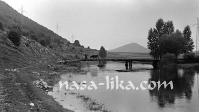 Photo of Imate li fotografiju drvenih mostova na rijeci Gacki? Počela potraga iz Udruge Baštinica