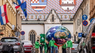 """Photo of FOTO Aktivisti Greenpeacea donijeli """"Zemlju spojenu na infuziju"""" ispred Sabora"""