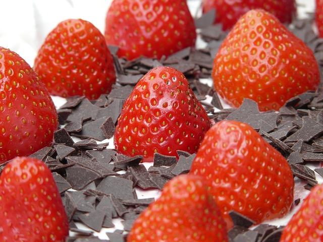 Photo of Jednostavni ljetni deserti: jagode u čokoladi, sladoled od banane….