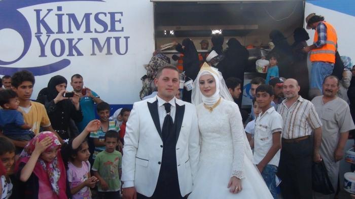 Photo of Mladi bračni par nahranio izbjeglice