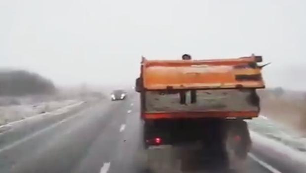 Photo of URNEBESNI VIDEO: Lički cestari RUČNO BACAJU SOL na cestu!