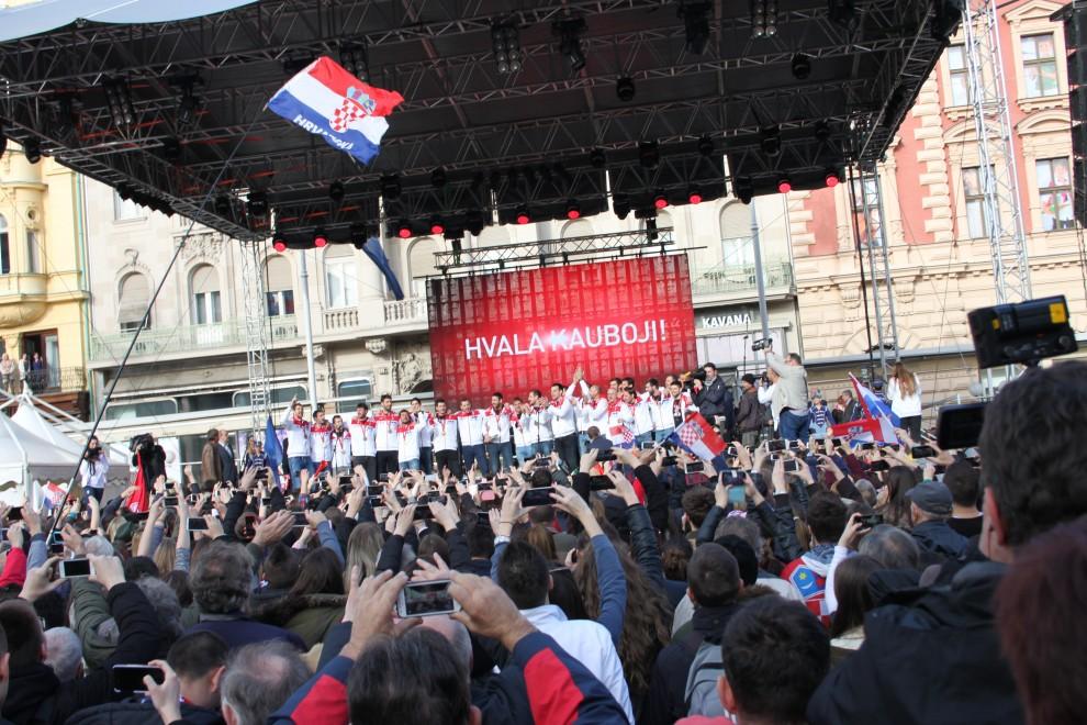 Photo of FOTOGALERIJA: Brončani rukometaši dočekani na Trgu bana Jelačića pred više tisuća građana!