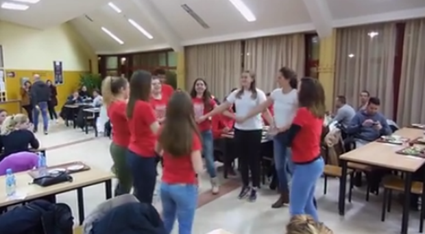 "Photo of VIDEO – STUDENTI RAZVALILI MENZU pjesmom! Pogledajte kako to radi ""Markovac"""