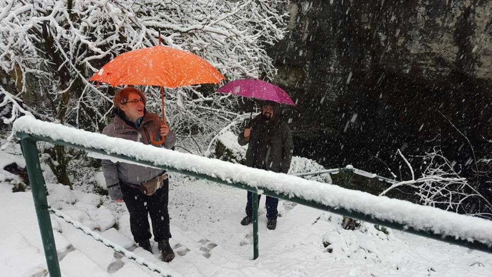 Photo of FOTO Zagrepčani posjetili ličku Grabovaču: dočekao ih snijeg