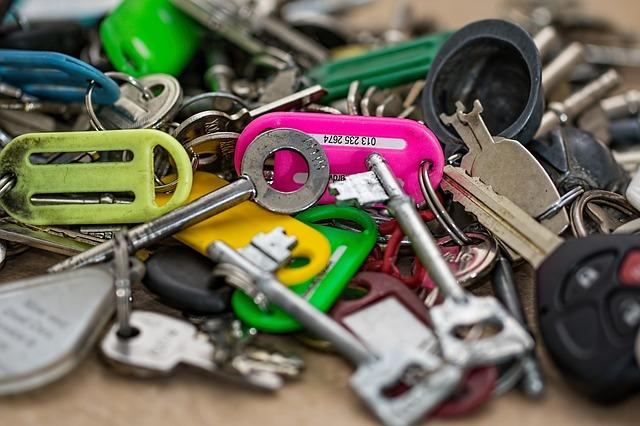 Photo of Trikovi s bravom: Kako otvoriti lokot bez ključa, zaključati vrata vilicom…