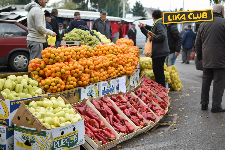 Photo of GOSPIĆKI PLAC: Prohladna tržnica uz povremenu kišu