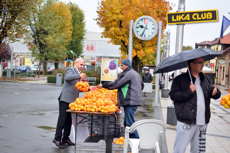 Photo of GOSPIĆKI PLAC: Još jedan kišni petak u centru grada