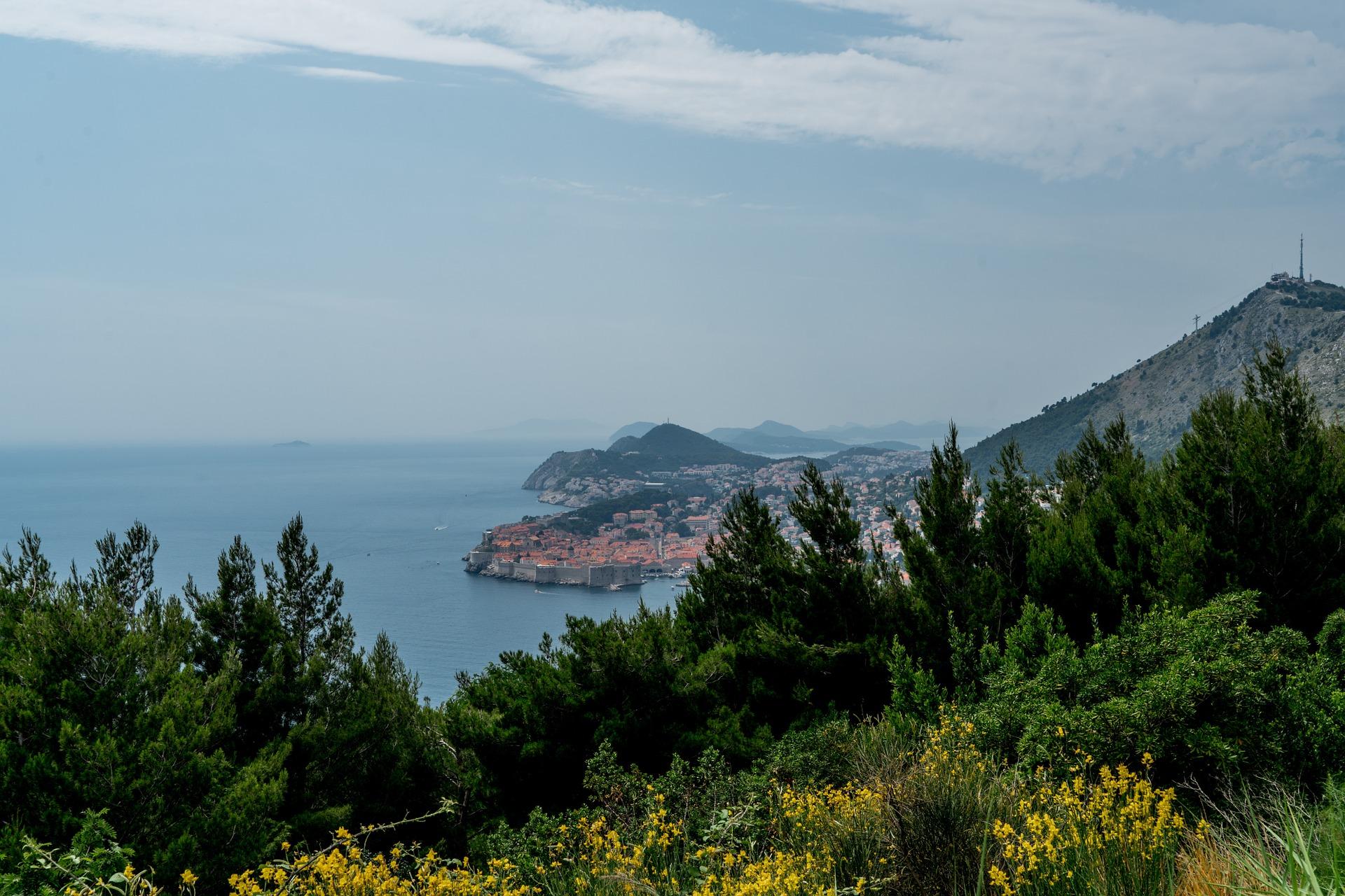 Photo of Jedna od najvećih svjetskih jahti mjesecima je usidrena pokraj Dubrovnika i to potpuno besplatno!