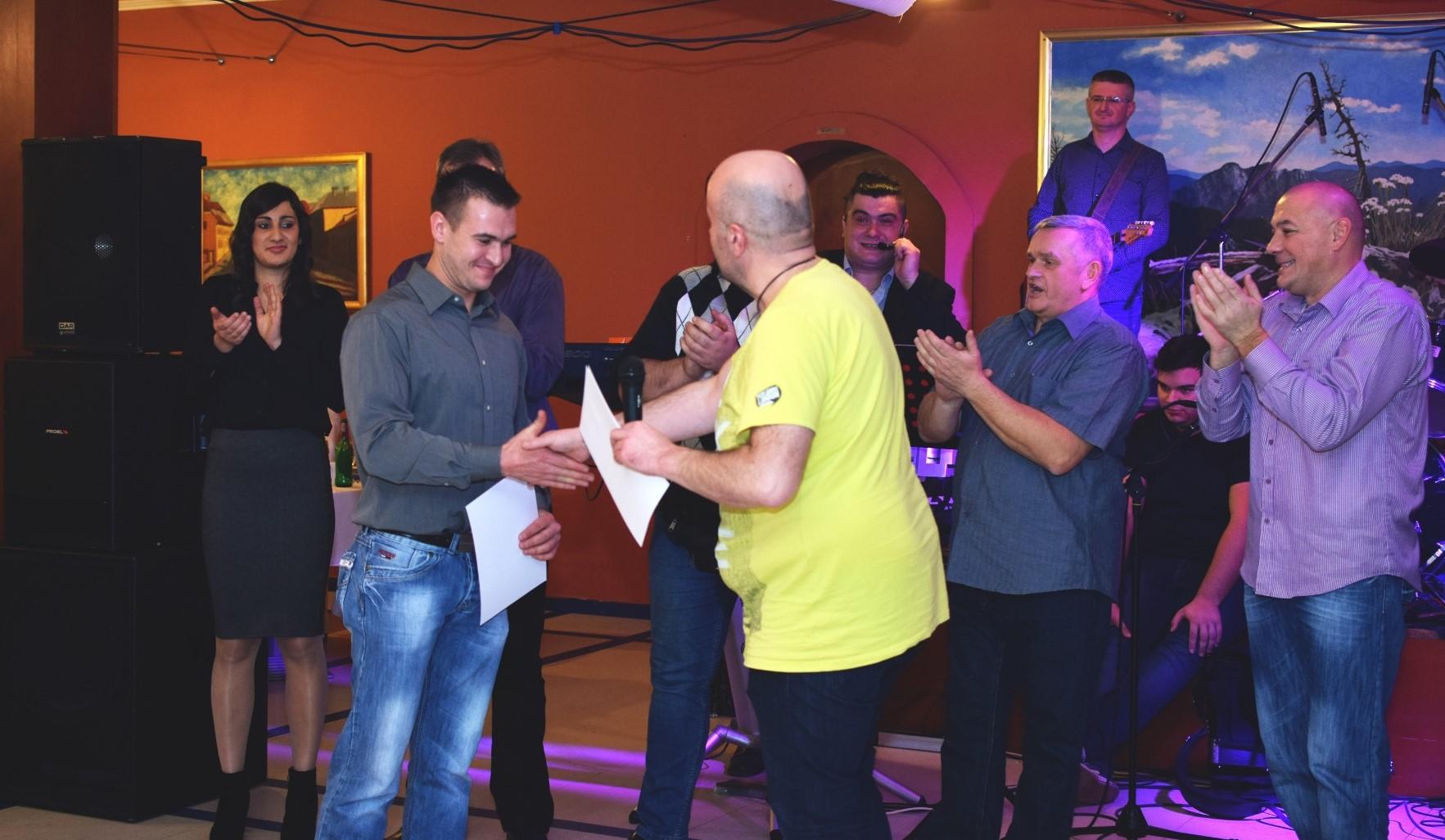 Photo of FOTO Novogodišnji PRVI PLJESAK osvojio Stjepan Šarić! Prepuna dvorana u Gospiću