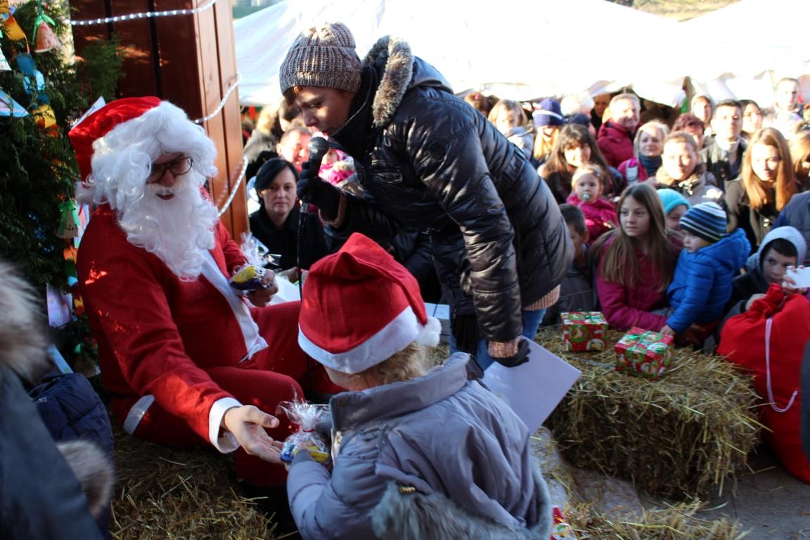 Photo of FOTO Djed Mraz hit na sajmu u Rakovici: pjevao, plesao, pozirao i stvorio atmosferu!