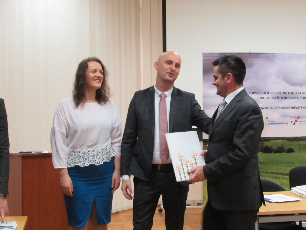 Photo of Dodijeljeni ugovori za 54 lokalne akcijske grupe: dio kolača i za Liku!