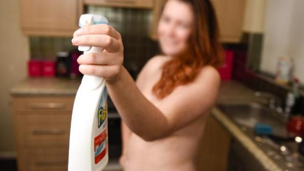 """Photo of Gola čisti domove svojih muških klijenata: """"To što čistim gola za mene nije velika stvar, to je sasvim normalno"""""""