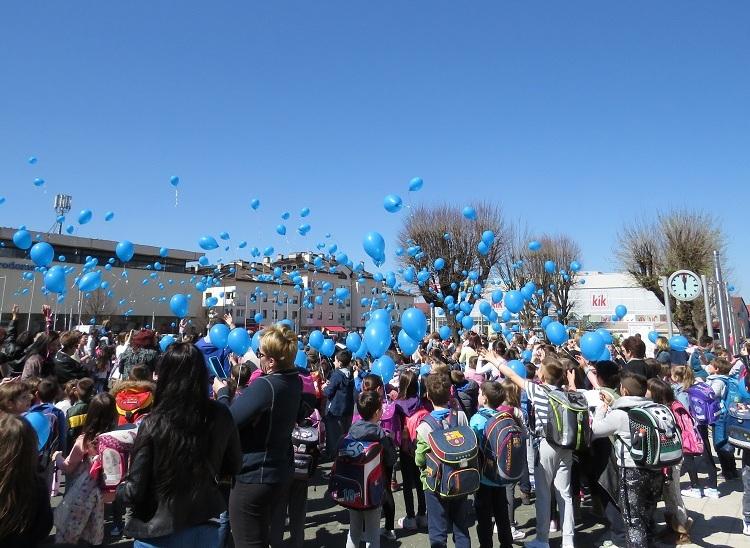 Photo of Pet stotina plavih balona na nebu iznad Gospića