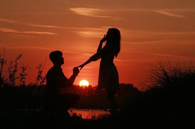 Photo of Muškarac treba kleknuti na jedno koljenu kada prosi svoju dragu, znate li otkuda potječe taj običaj?
