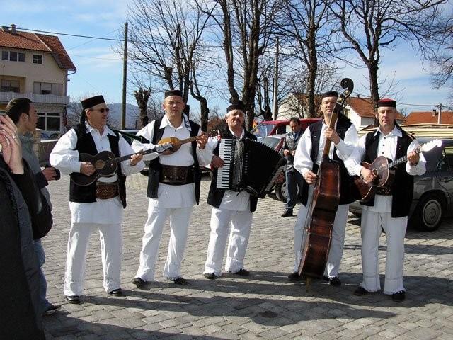 Photo of Plitvički bećari sviraju u Gospiću – u kampanji Karlu Starčeviću i Buri promjena!