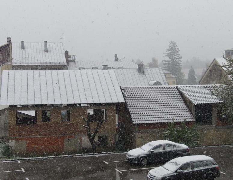 Photo of BIJELI TRAVANJ Snijeg zabijelio Gospić!