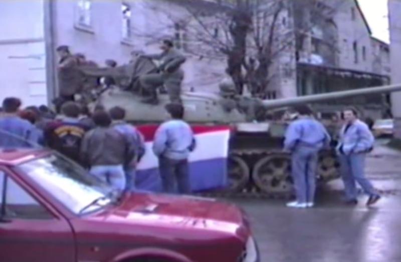 Photo of VIDEO Prvi u obrani Hrvatske: Građani Gospića opkolili tenk JNA 3.5.1991.