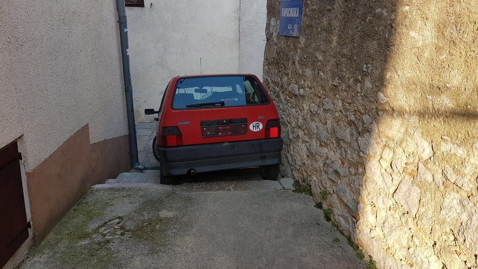 Photo of Nesvakidašnji prizor u Karlobagu: Automobilom niz stepenice!