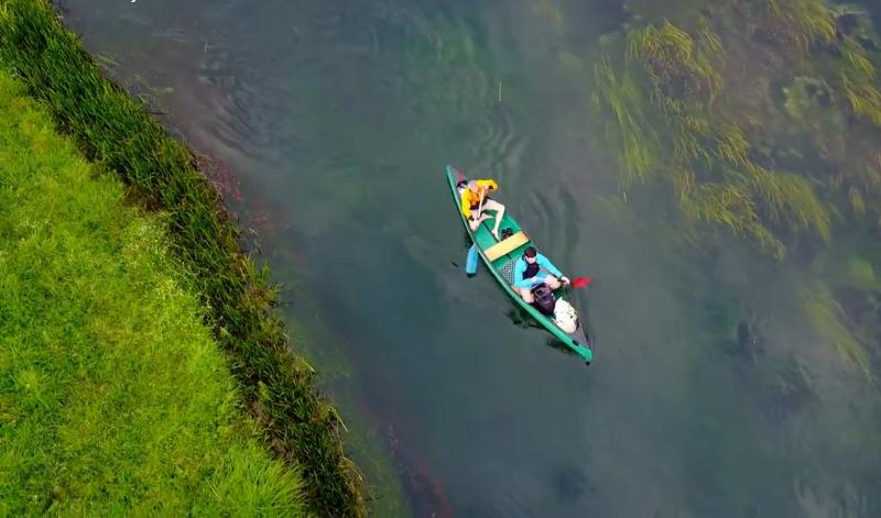 """Photo of VIDEO Spuštanje čamcem niz Gacku s neobičnim """"kapetanom"""" na pramcu"""