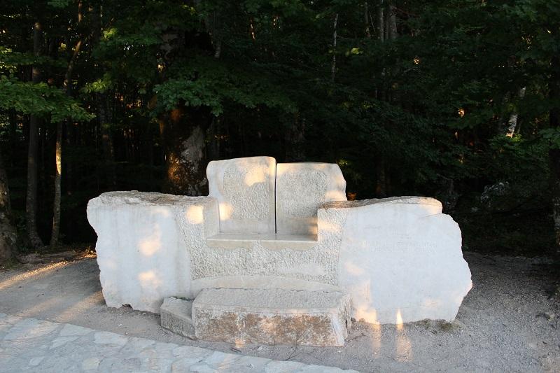 """Photo of Znate li priču koje se krije iza prijestolja na ulazu u Plitvička jezera? Nije iz """"Game Of Thrones!"""""""