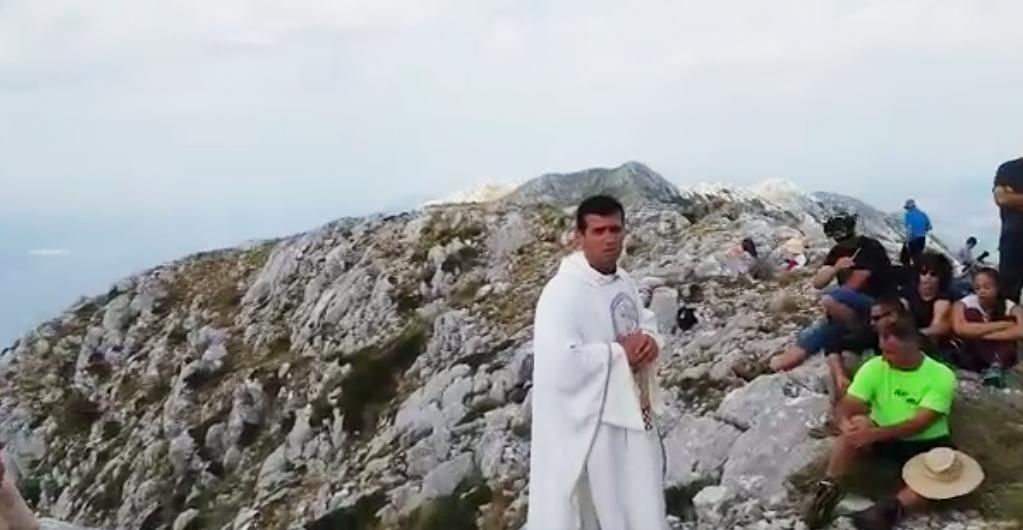 Photo of SVEĆENIK RASTURIO Poslušajte par riječi don Mate s vrha Biokova
