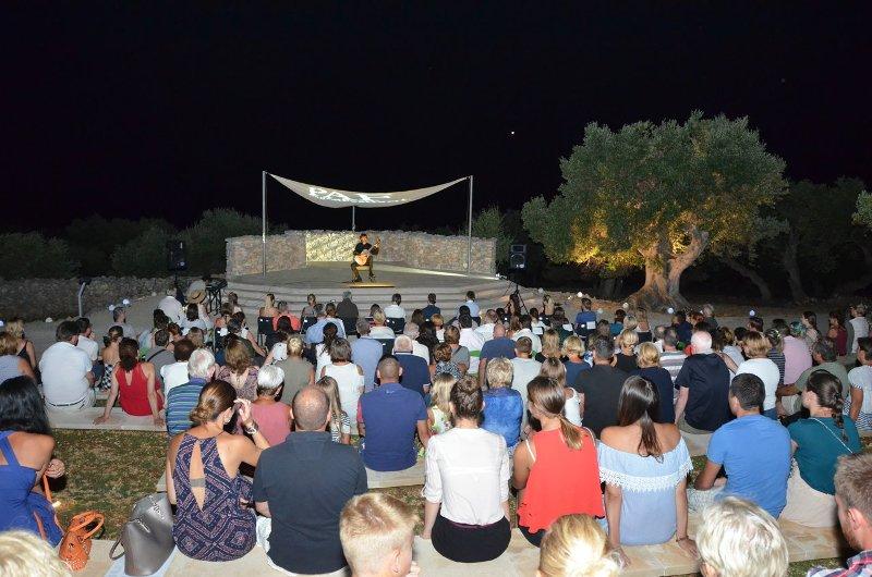 Photo of Petrit Ceku održao koncert u Lunjskim maslinicima