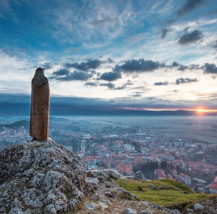 Photo of STAROM CESTOM: Alkarski grad koji živi svoju prošlost