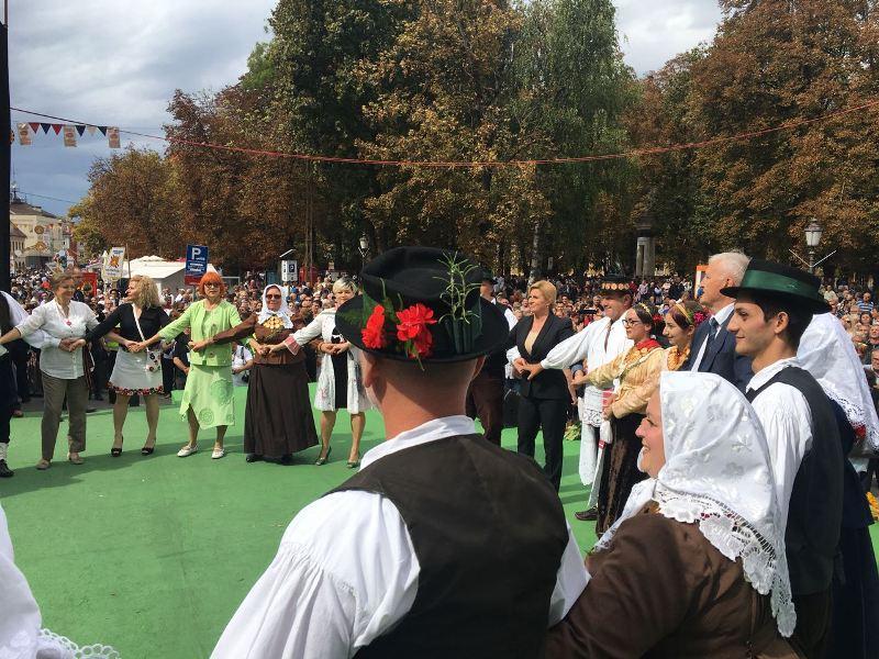 """Photo of Kolinda Grabar Kitarović: """"Ovo je najveća manifestacija hrvatskog folklora ovakve vrste u Europi"""""""