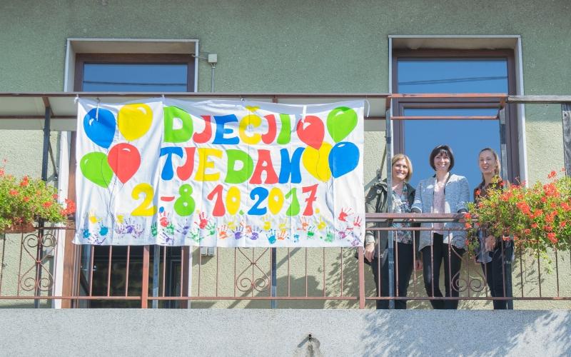 Photo of FOTO: U centru Gospića postavljena zastava Dječjeg tjedna