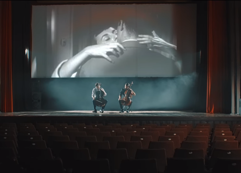 "Photo of 2CELLOS objavili spot  za skladbu ""Cinema Paradiso"""