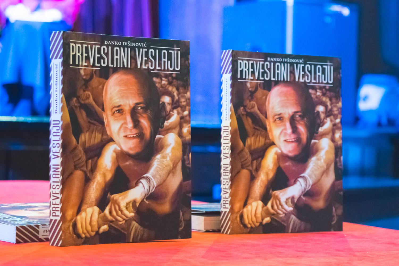 Photo of FOTO: Pred brojnom publikom u Gospiću predstavljena nova knjiga aforizama Danka Ivšinovića