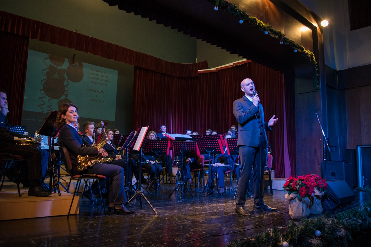 Photo of FOTO: Tradicionalni Božićni koncert Puhačkog orkestra Grada Gospića i Marka Škugora