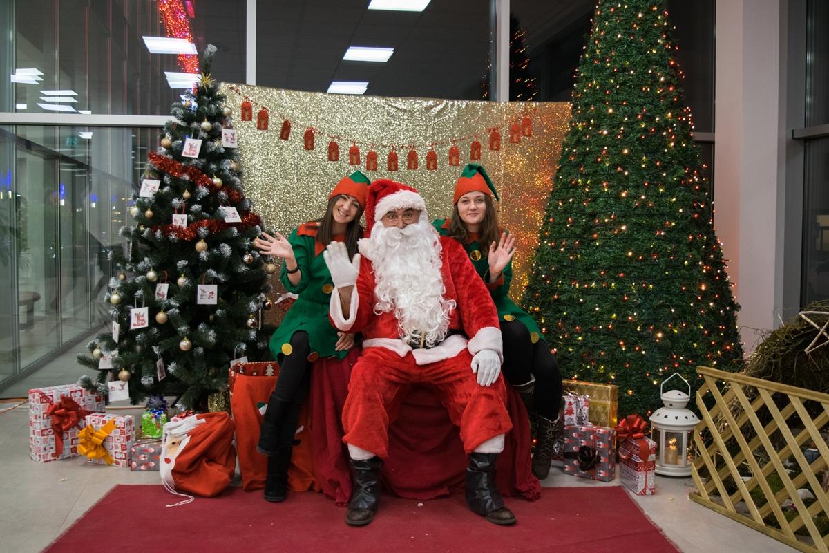 Photo of FOTO: Božićna čarolija u Gospiću – fotografiranje s Djedom Božićnjakom