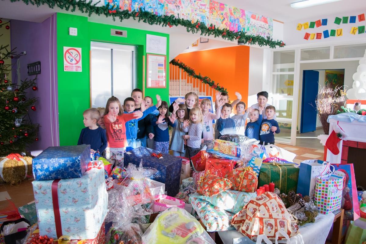 """Photo of FOTO: Mališani iz Dječjeg vrtića """"Pahuljica"""" prikupili darove za siromašnu djecu"""
