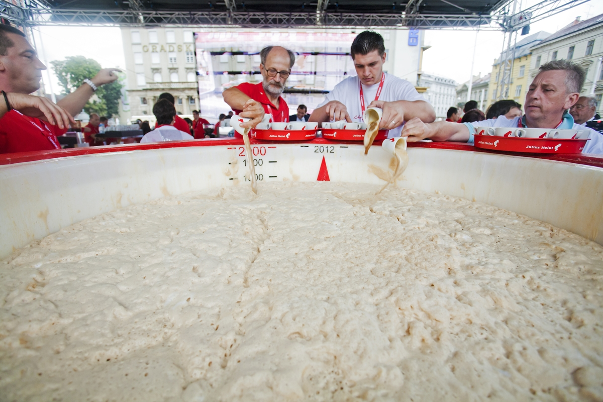 Photo of JESTE LI ZNALI? Jedan kafić iz Gospića ima GUINNESSOV REKORD za najveći napravljeni cappuccino!