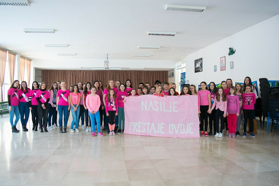 "Photo of FOTO: U Gospiću obilježen ""Dan ružičastih majica"""