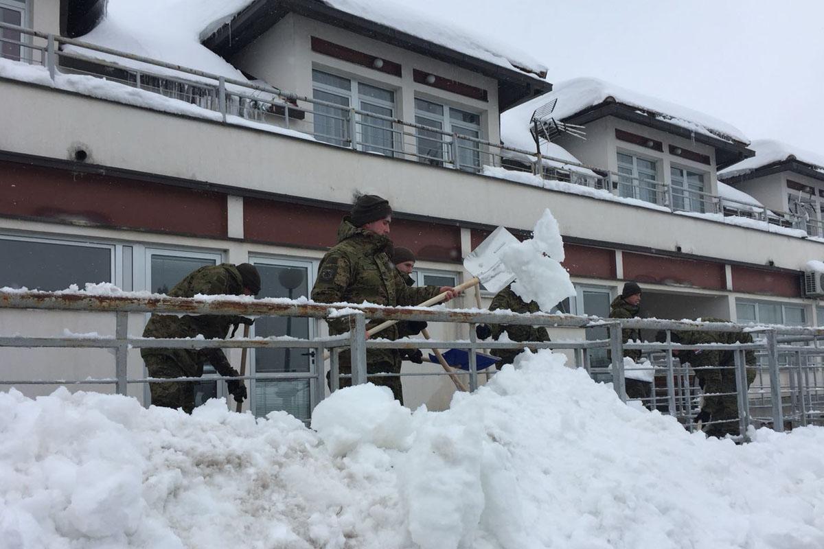 Photo of Hrvatska vojska pomaže stanovnicima Like u borbi sa snijegom