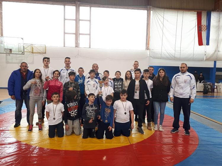 Photo of Gospićki hrvači osvojili 18 medalja na turniru u Zadru