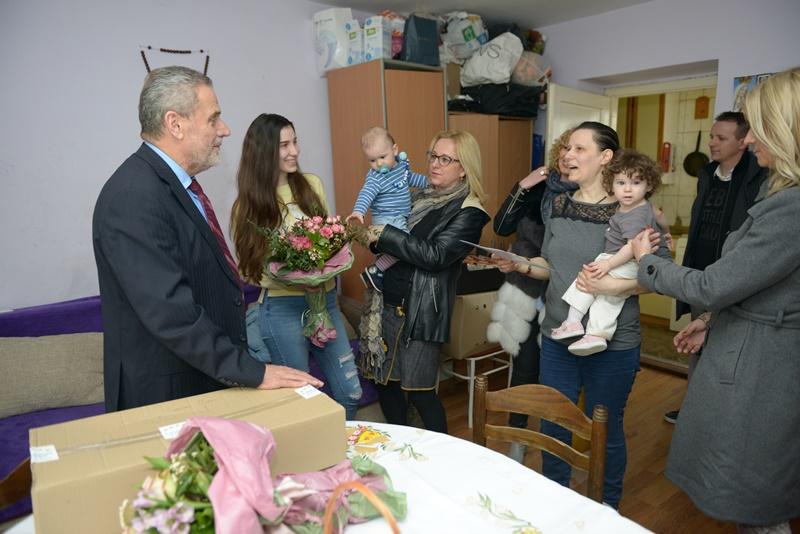 Photo of Gradonačelnik Bandić posjetio jednu od najbrojnijih zagrebačkih obitelji