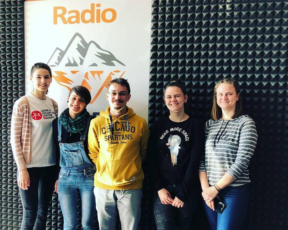 Photo of PORUKA O SOLIDARNOSTI Mladi volonteri gostovali na Radio Gospiću