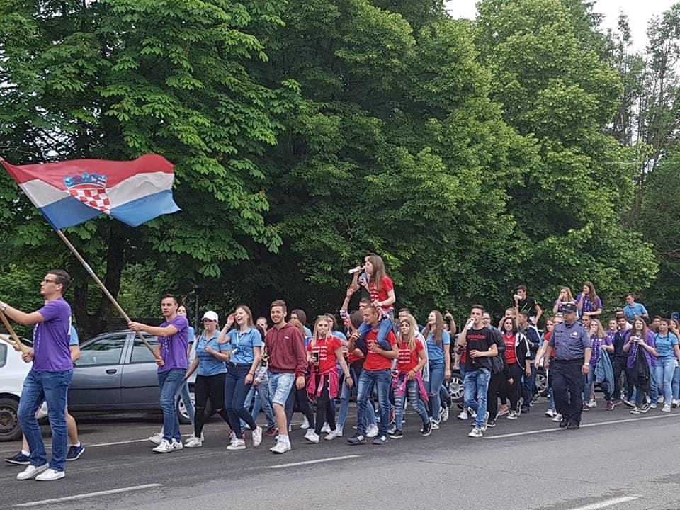 Photo of VIDEO Veseli maturanti iz Otočca opraštaju se od školskih klupa