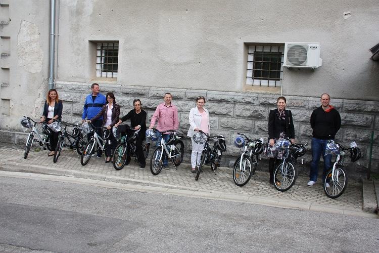 Photo of Ličko-senjska policija uručila predstavnicima osnovnih škola devet bicikala
