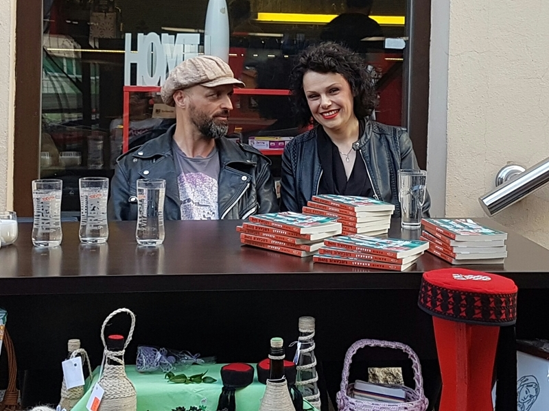 Photo of FOTO Book cafe Paradiso ugostio poznatog ličkog književnika Damira Karakaša