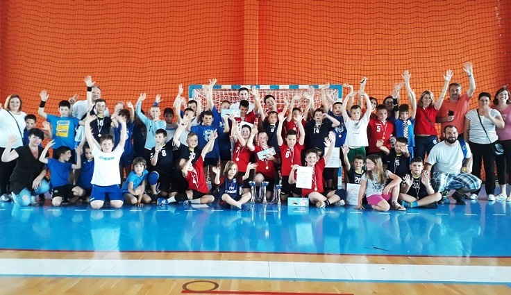Photo of Mladi gospićki rukometaši osvojili 11 pehara na turnirima za kraj sezone