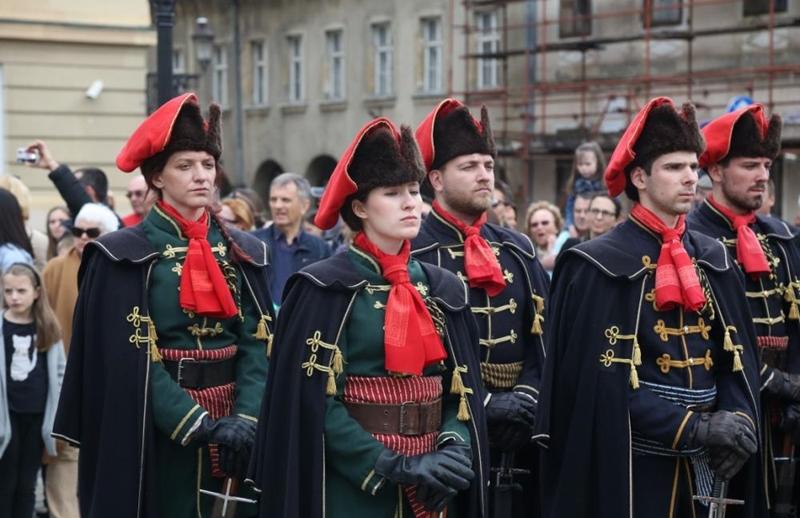Photo of Kravat pukovnija poziva – vežite navijački šal kao kravatu!