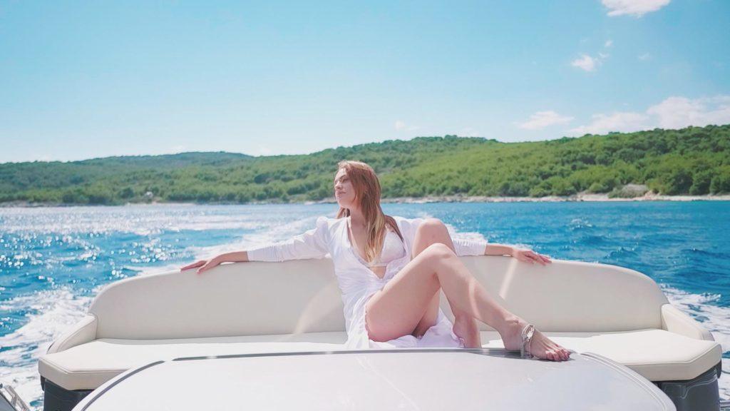 "Photo of Antonija Šola na jahti snimila spot za ""Bitango moja"""